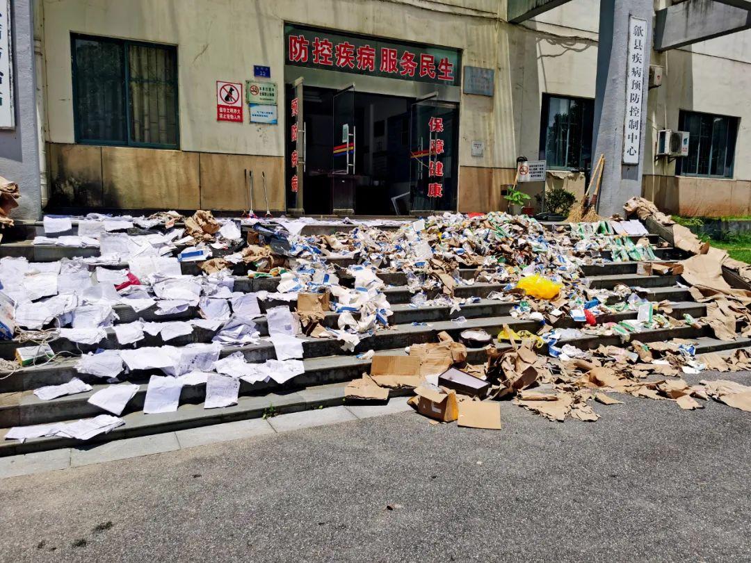 7月9日,洪水过后,一楼被淹的歙县疾控中心门前的台阶上,很多资料正在晾晒。摄影/本刊记者 霍思伊