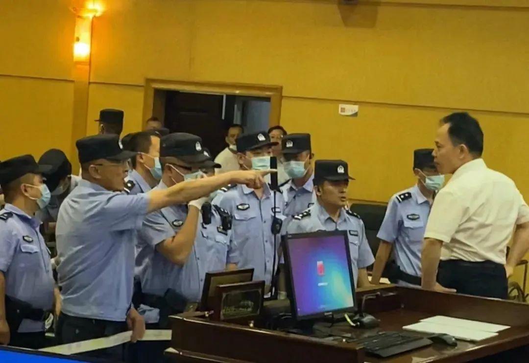 「杏悦」专访徐昕法警对峙照片的背杏悦后图片