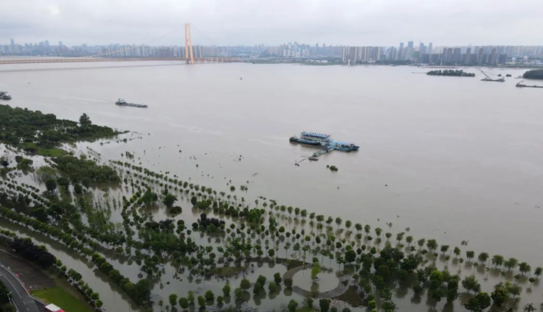 △15日,武汉汉口江滩航拍画面。