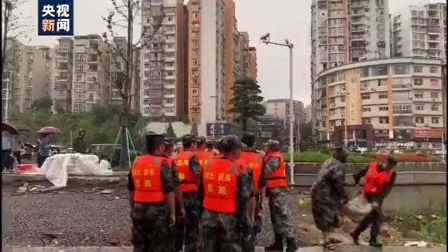 杏悦,响民房被淹湖北恩施民杏悦兵应急分队转移群图片