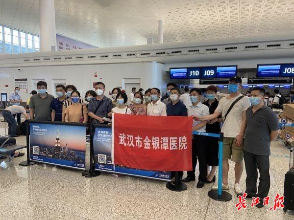 武汉核酸检测医疗队已登机 携设备支援新疆图片