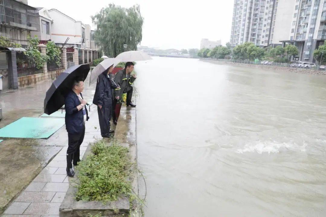 7月17日,宜兴市公用奇迹局抗洪救险职员正在宜兴城区升溪河畔放哨主动排水装备的排水结果。(丁焕新 摄)