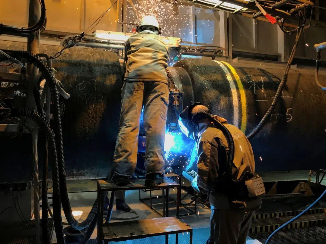 """这张2019年9月13日在波罗的海拍摄的资料照片显示,工作人员在铺设""""北溪-2""""天然气管道的船只上工作。新华社/路透"""