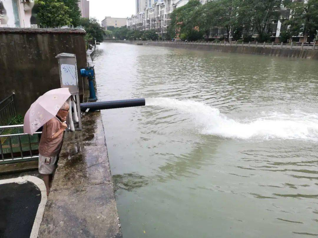 7月17日,在江苏省宜兴市环科园龙泽苑小区受淹地,正在尽力抢排水,确保住民出行利便和平安。(丁焕新 摄)