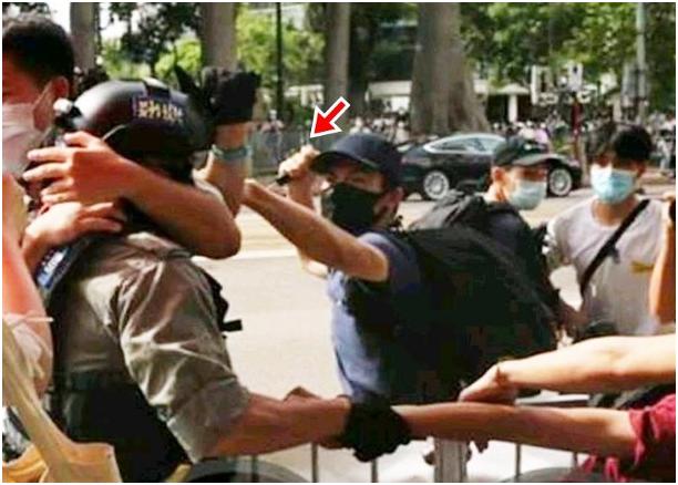 """嫌犯用利器打击警察。图源:香港""""东网"""""""