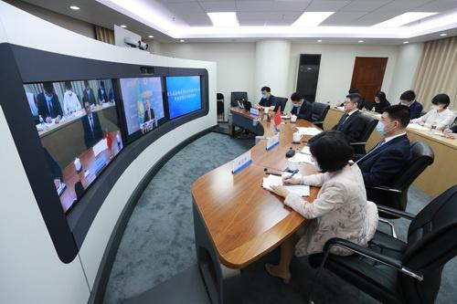 外交部副部长乐玉成同哈萨克斯坦第一副外长努雷舍夫视频通话