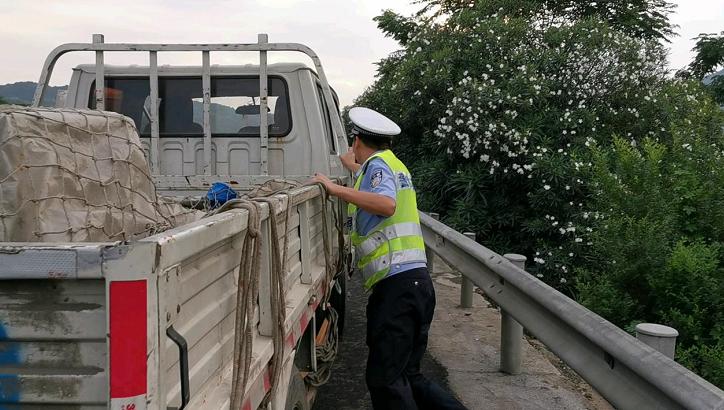 常台高速上民警排除隐患,将几吨货车推至路肩图片