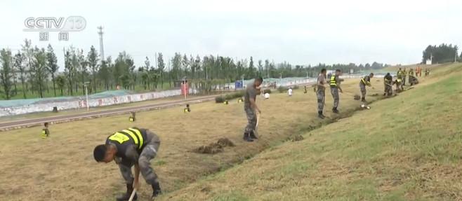百事2:西九百事2江民兵应急分队排查长江大堤图片