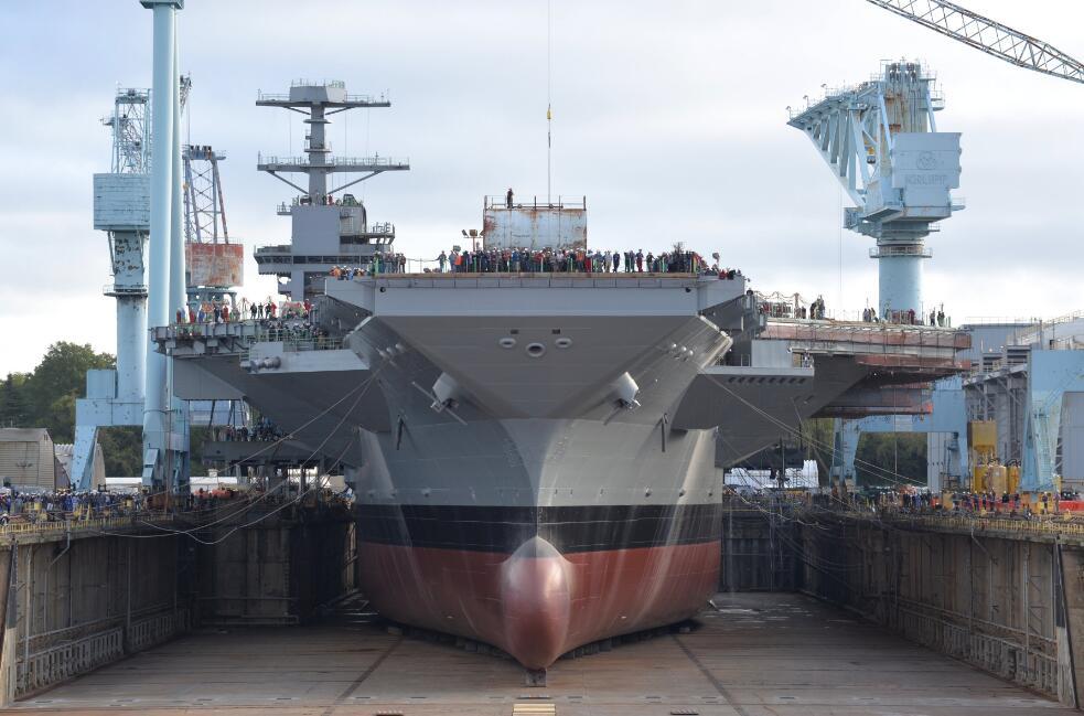 """在船厂内建造的""""肯尼迪""""号航母"""
