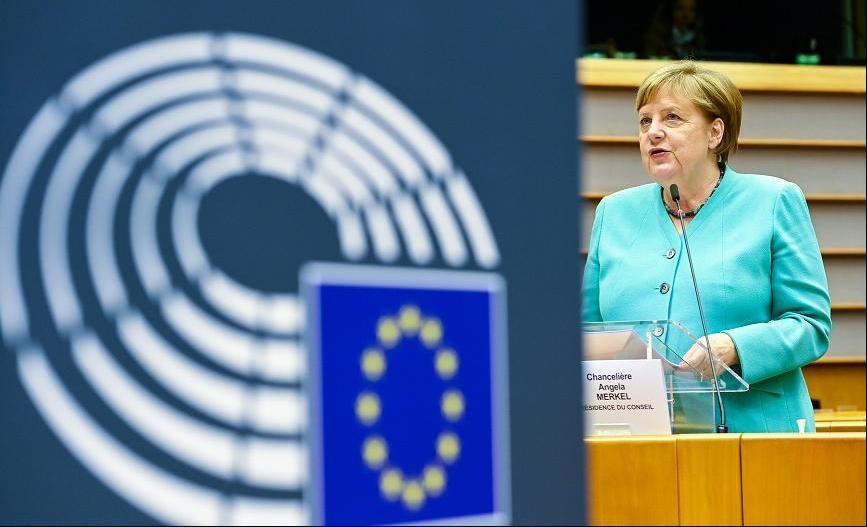 """△8日,默克尔到访欧盟""""首都""""布鲁塞尔。并在欧洲议会发表讲话,呼吁大家""""团结起来,让欧洲再次强大。"""""""