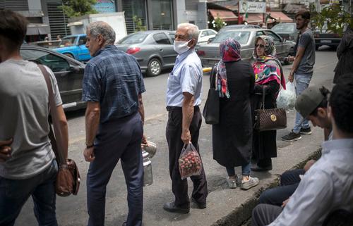 6月5日,人们在伊朗通卡邦的街道旁等待出租车。新华社发(艾哈迈德·哈拉比萨斯摄)