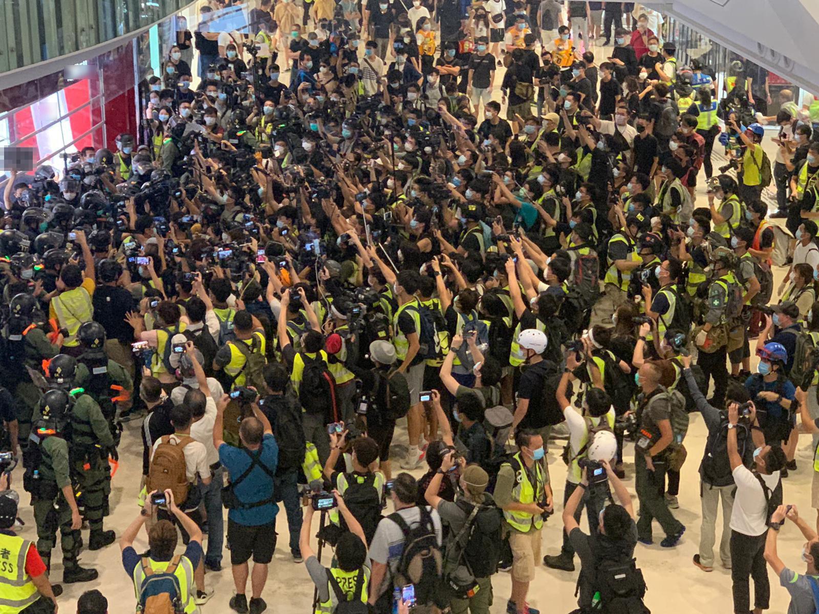 """今年7月21日,元朗商场内示威者(左上角)与""""记者"""""""