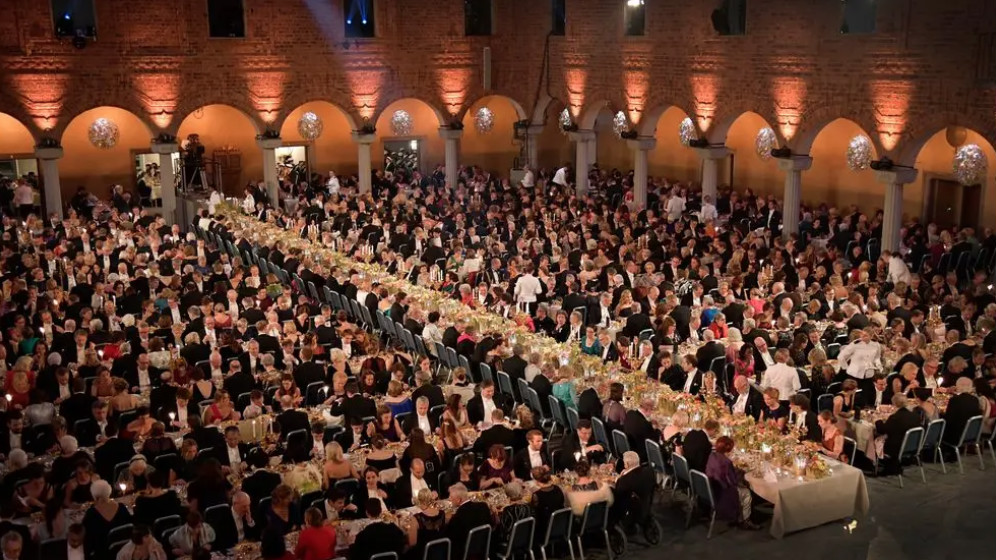 △图为诺贝尔奖往届的晚宴图片来自瑞典电视台