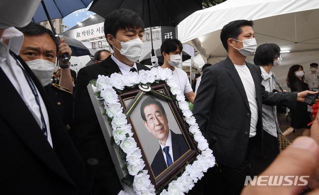13日,首尔市为朴元淳举行出殡(纽西斯通讯社)