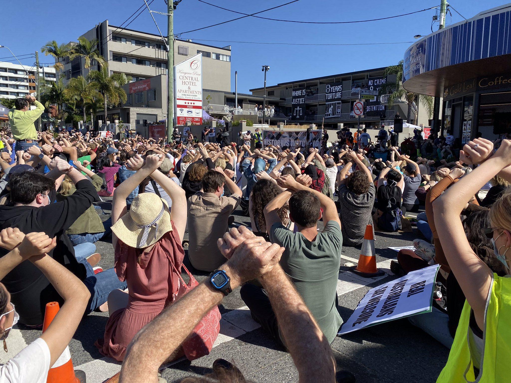 7月19日,当地人在澳大利亚布里斯班抗议已经生效7年的难民政策 (图源:布察尼推特)