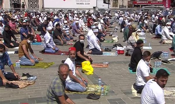 大批土耳其民众聚集在大教堂外进行礼拜,视频截图
