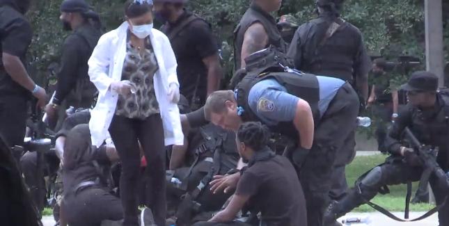 枪响后,NFAC成员单漆跪地,随后警方和医护人员前往救助伤员