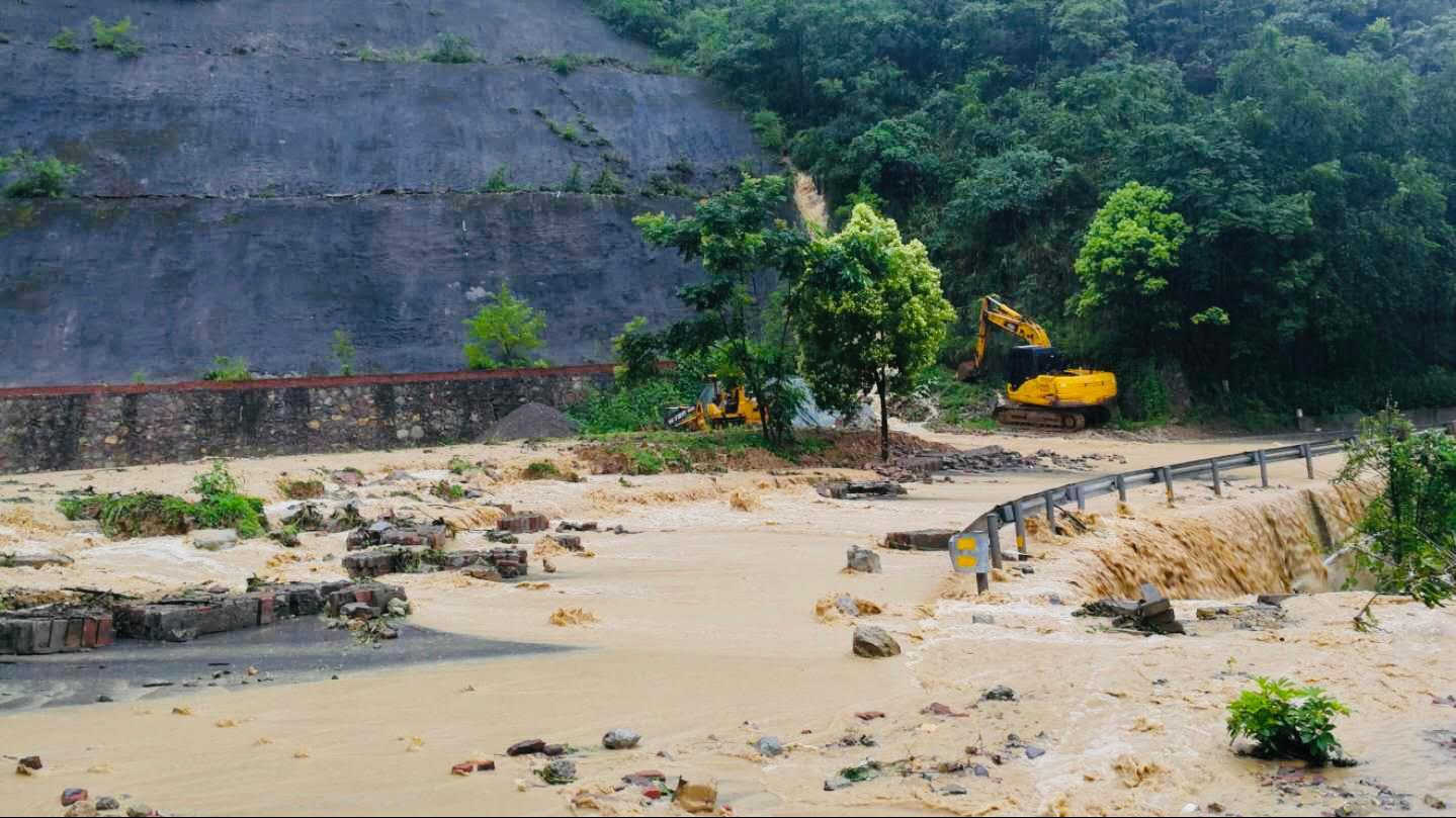 「杏悦」重庆奉节强降雨导致多条道路出现杏悦塌方图片