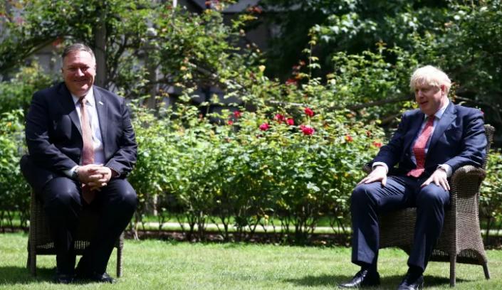 ·英国首相约翰逊(右)在蓬佩奥的唆使下,做出了禁用华为5G设备的决定。