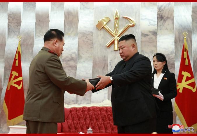 金正恩授予朝鲜军队指挥成员纪念手枪