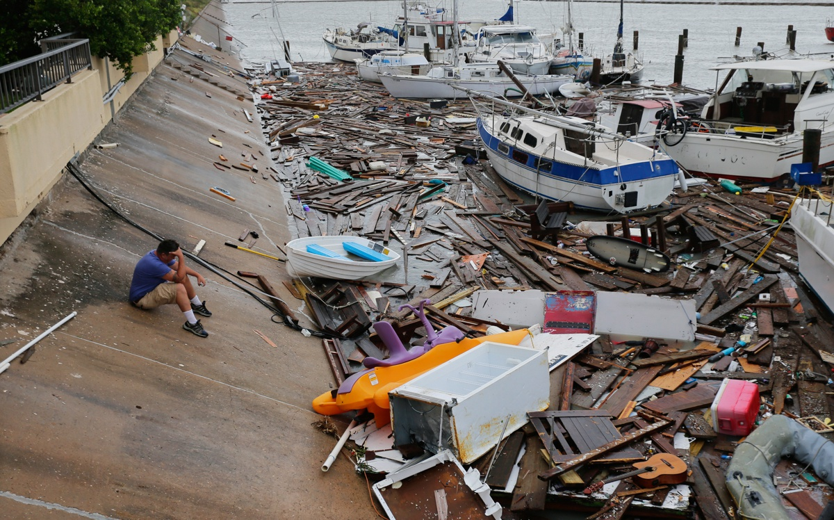 """得克萨斯州科珀斯克里斯蒂市,希思(Allen Heath)正在统计""""汉娜""""飓风袭击后的私人码头遭受的损失。他的船和另外约30艘船都丢失或损坏了。"""