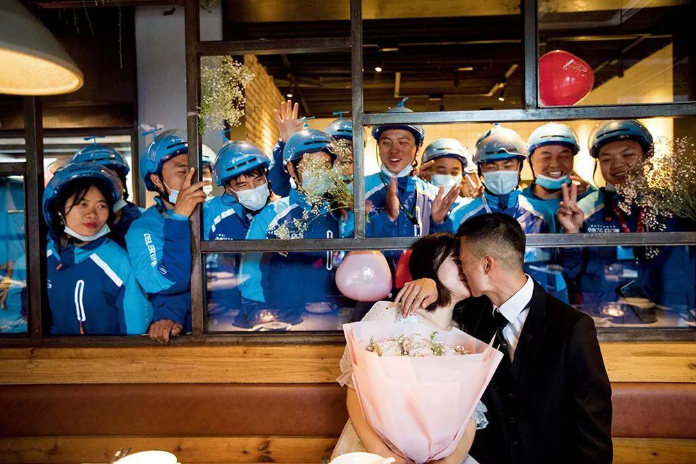 5月6日,浙江杭州市,外卖小哥何鹏向了解相恋两年的女友求婚。图/IC