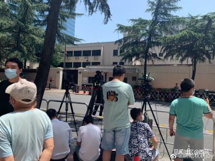 近日美国驻成都总领事馆周边围观的人群 图自社交媒体
