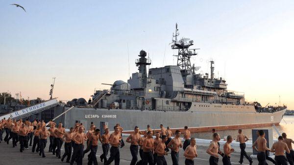 资料图片:部署在叙利亚塔尔图斯军港内的俄军战舰。(俄国防部官网)