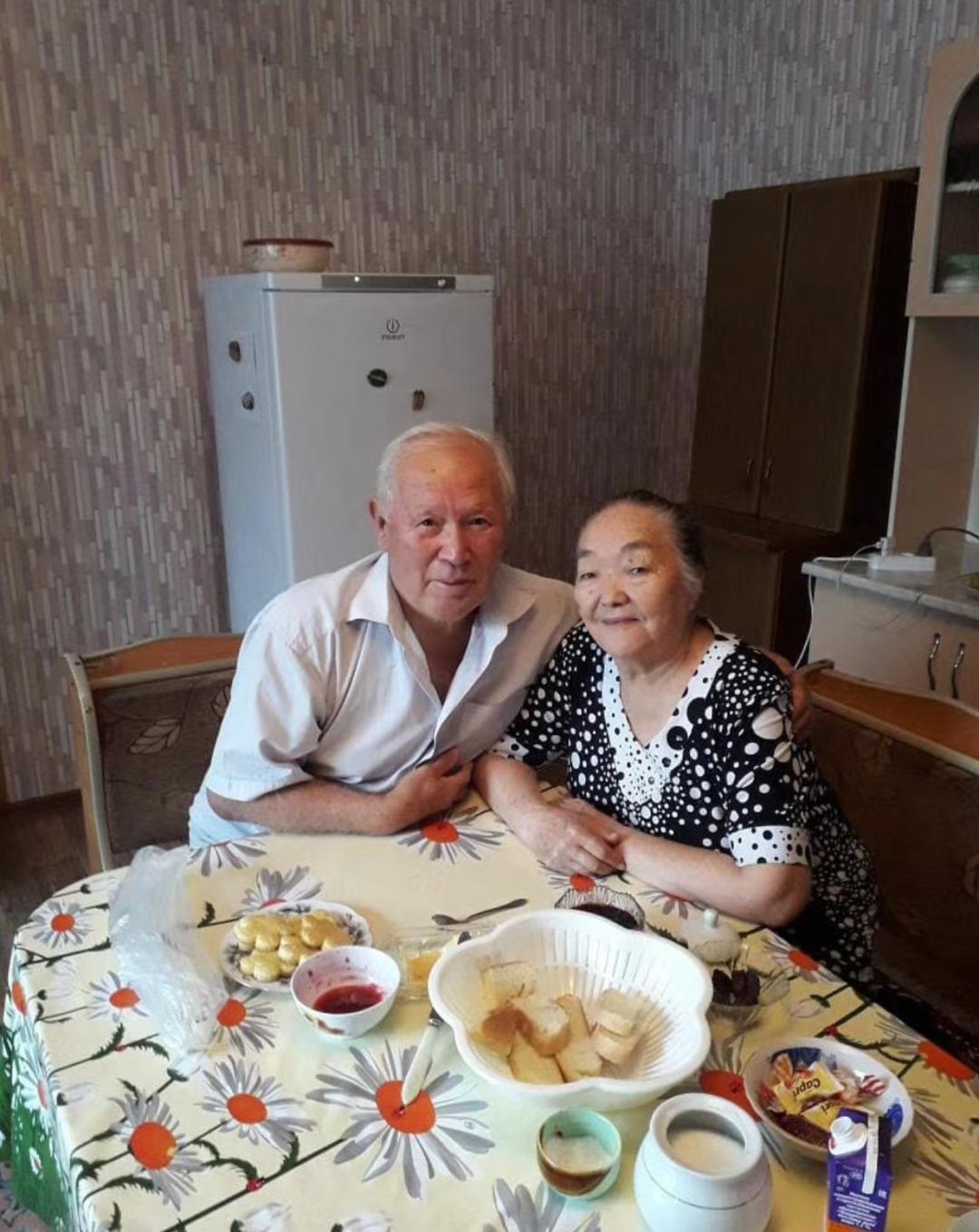曼苏尔的父母在餐桌边的合影 图片来源:受访者提供