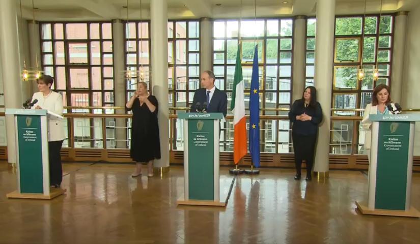 △图片来自《爱尔兰时报》 7月27日新闻发布会总理米歇尔·马丁(中) 教育部长诺玛·弗利(左)