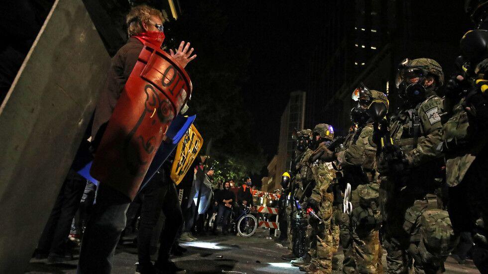 波特兰街头,联邦特工与示威者对峙