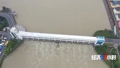 王家坝闸开闸泄洪现场