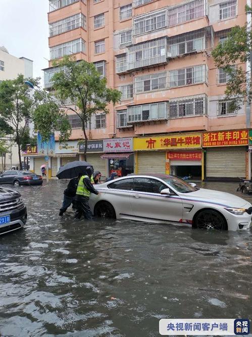 △受强降水影响,昆明出现路面积水