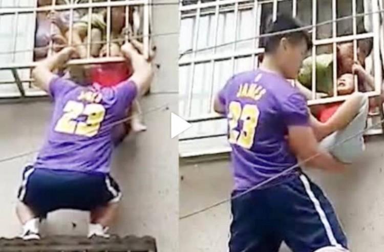4岁男童头卡防盗窗身体悬空 身穿LBJ球衣民警托举半小时救人