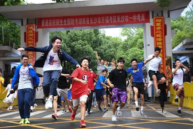 7月8日,考生们在高考结束后跑出湖南省长沙市一中考点。新华社记者 薛宇舸 摄
