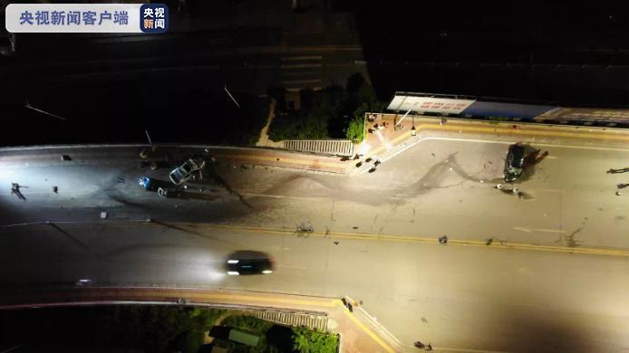广西贵港3车深夜相撞致2死4伤 交