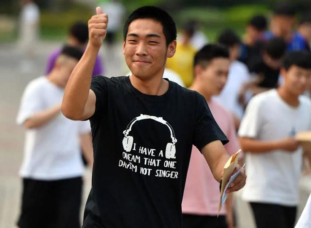 7月8日,在河南省宝丰县第一高级中学考点,考生走出考场。新华社记者 李嘉南 摄