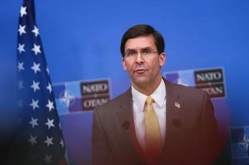 2月13日,在位于比利时布鲁塞尔的北约总部,美国国防部长马克·埃斯珀在北约国防部长会议后出席记者会。新华社记者 张铖 摄