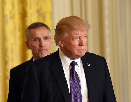 2017年4月12日,美国总统特朗普(前)和北约秘书长斯托尔滕贝格在华盛顿白宫举行联合记者会。新华社记者殷博古摄