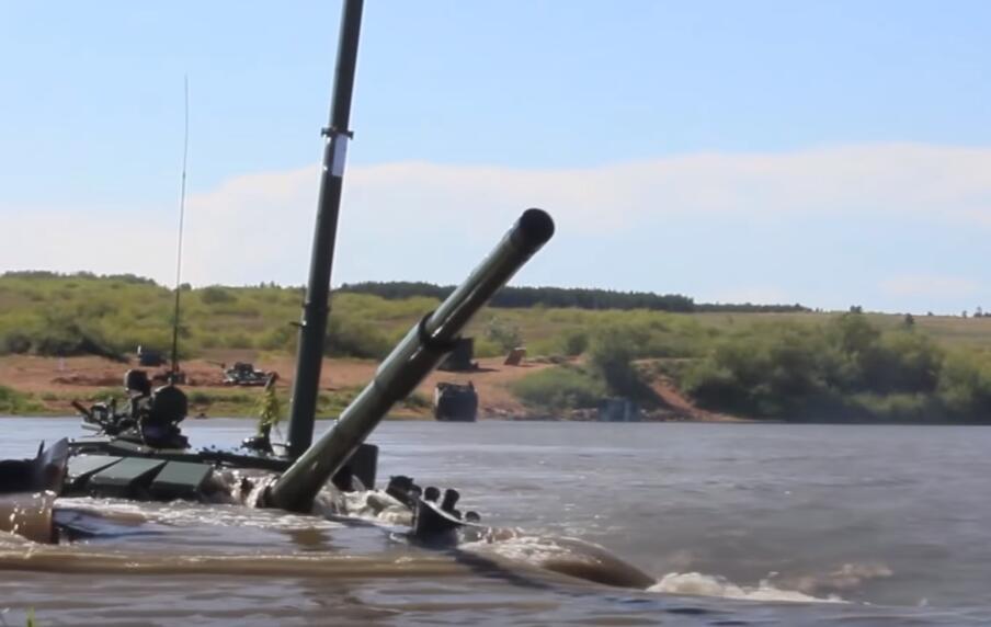 俄军坦克潜行渡河 外国记者惊了:开出了潜艇的感觉