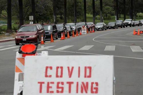 6月29日,美国加利福尼亚州洛杉矶的居民驾车排队接受新冠病毒检测。新华社/美联