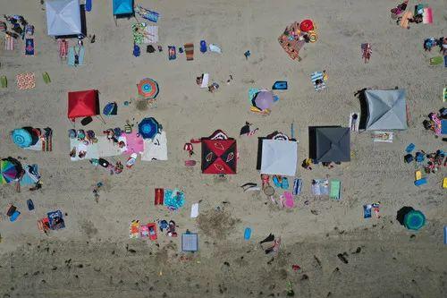 7月3日,人们在美国加利福尼亚州圣迭戈一处海滩游玩。新华社/路透