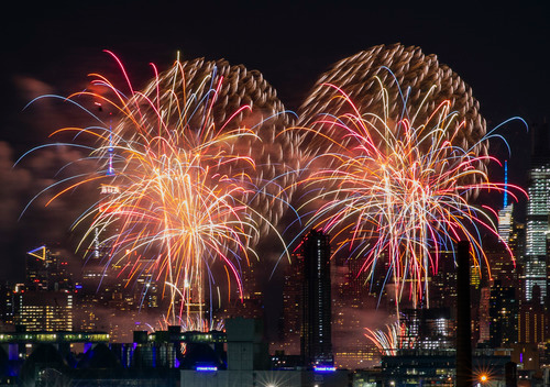 6月29日,纽约燃放首场美国独立日焰火。为避免人群聚集观看而扩散疫情,纽约今年的焰火表演分四天在多个地点燃放,且不提前公布燃放的具体时间和地点。新华社发(周焕新摄)