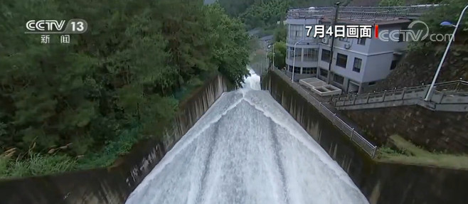 浙江金华多座水库超汛限水位 部分水库开闸泄洪图片