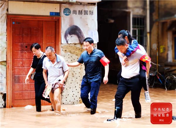 杏悦娱乐镜杏悦娱乐头|防汛救灾一线的纪检监图片