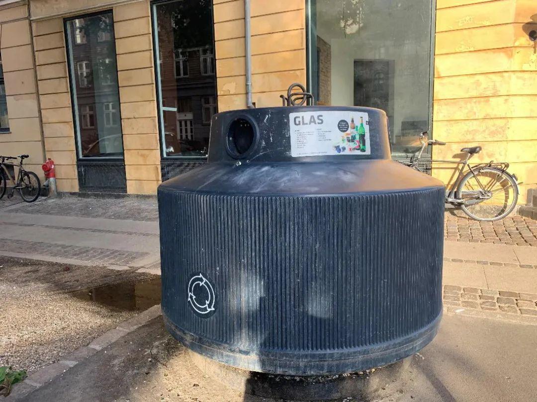 丹麦哥本哈根街道上的玻璃废品回收箱。新华社发(于珂 摄)