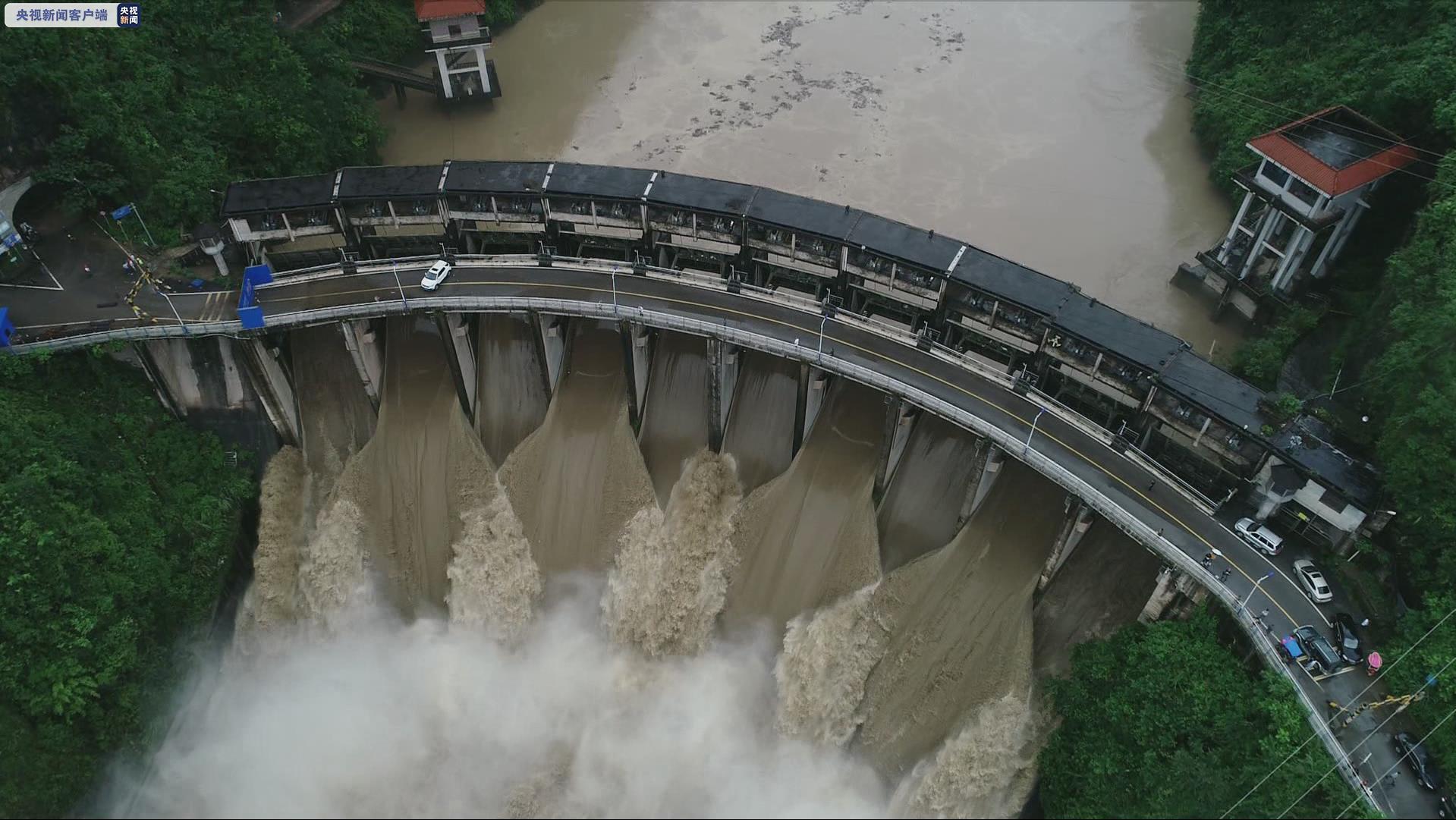 杏悦:湖南3杏悦艘渡船被洪水冲向电站大坝众人图片
