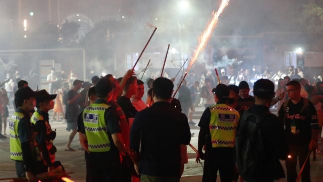4日晚,驻韩美军在釜山街头燃放烟花,警方到场疏散(朝鲜日报)