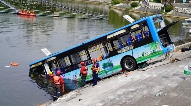 贵州公交坠湖事件造成5名学生遇难 驾驶员已身亡图片