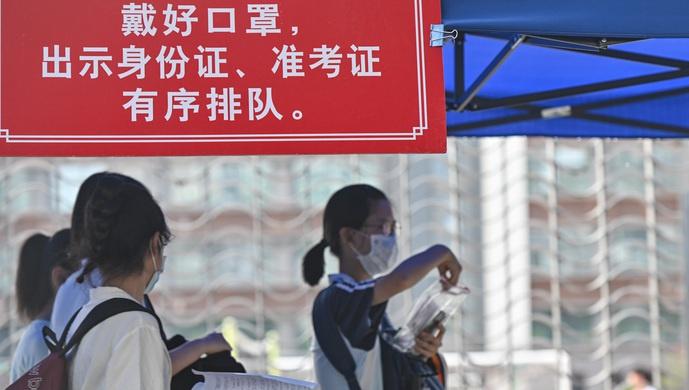 【杏悦】北京语文作文题出炉考生有序杏悦进出考点图片